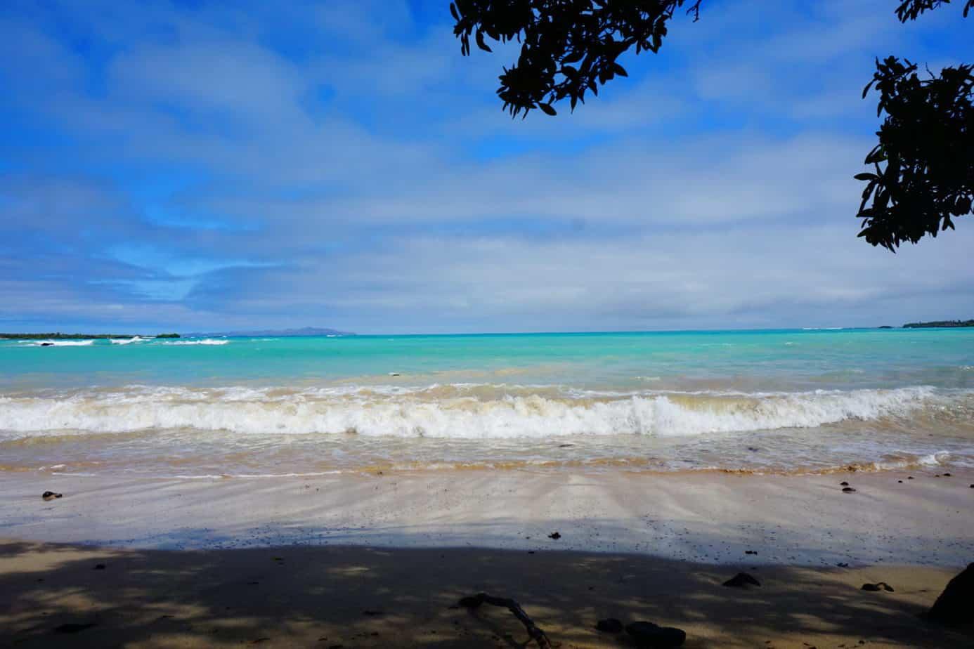Ein Strand mit blauem Meer auf den Galapagos Inseln