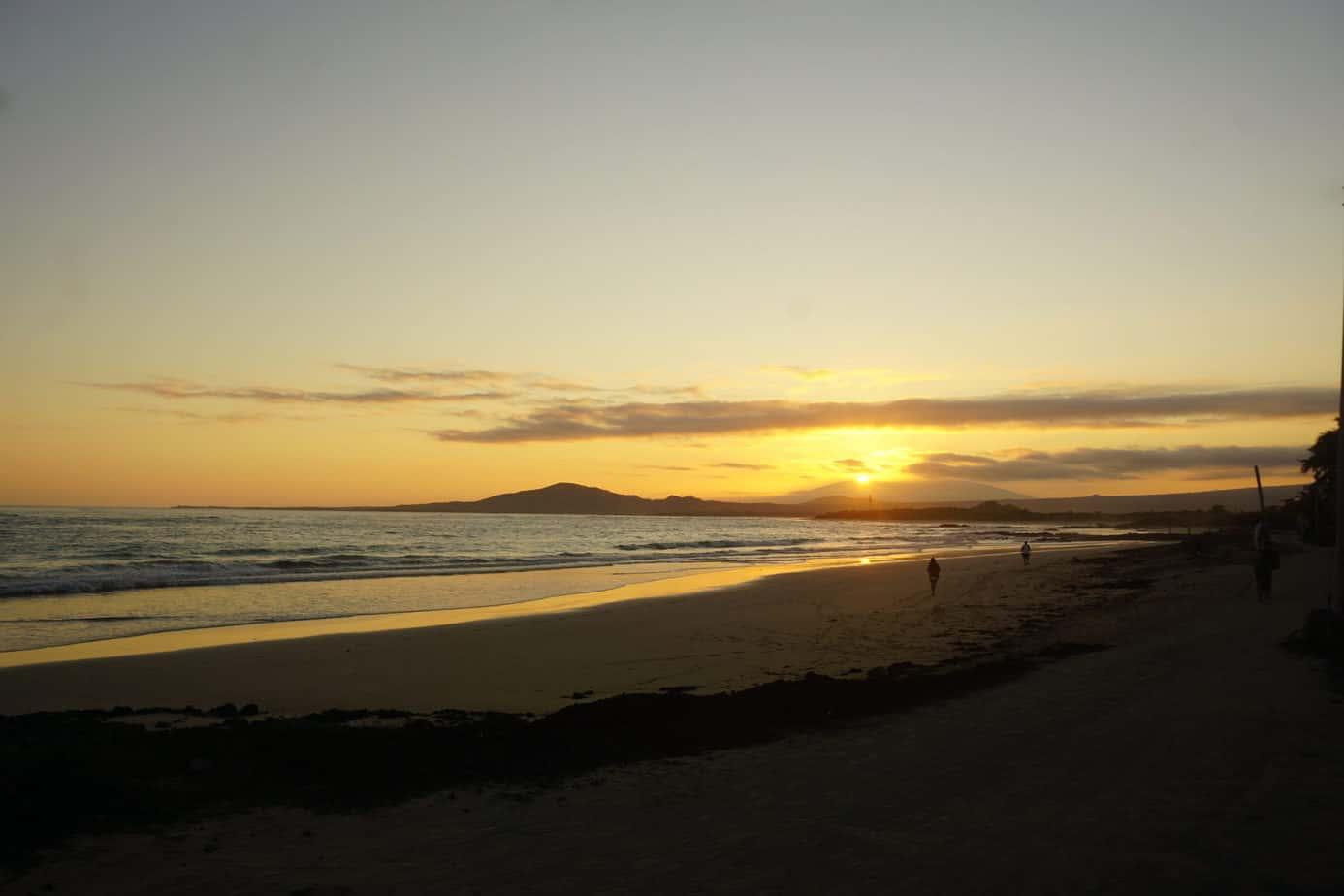 Langer Sandstrand am Abend